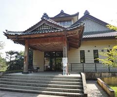 龍門の滝の近くにあり、民話にちなむ展示物が観賞できる「龍門ふるさと民芸館」